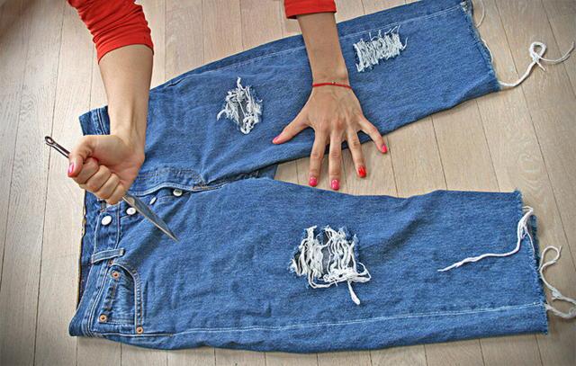 Как сделать правильно на джинсах дырки в домашних условиях видео